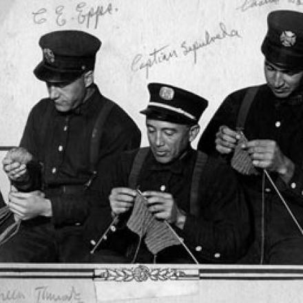 Soldati che lavorano a maglia